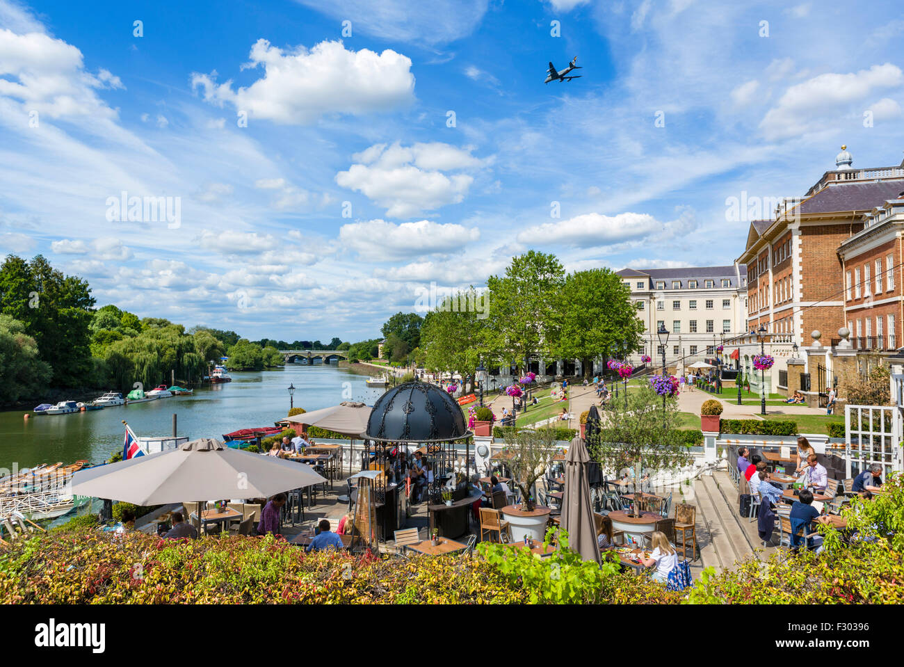 Pitcher and Piano bar terrace overlooking the River Thames, Richmond upon Thames, London, England, UK - Stock Image