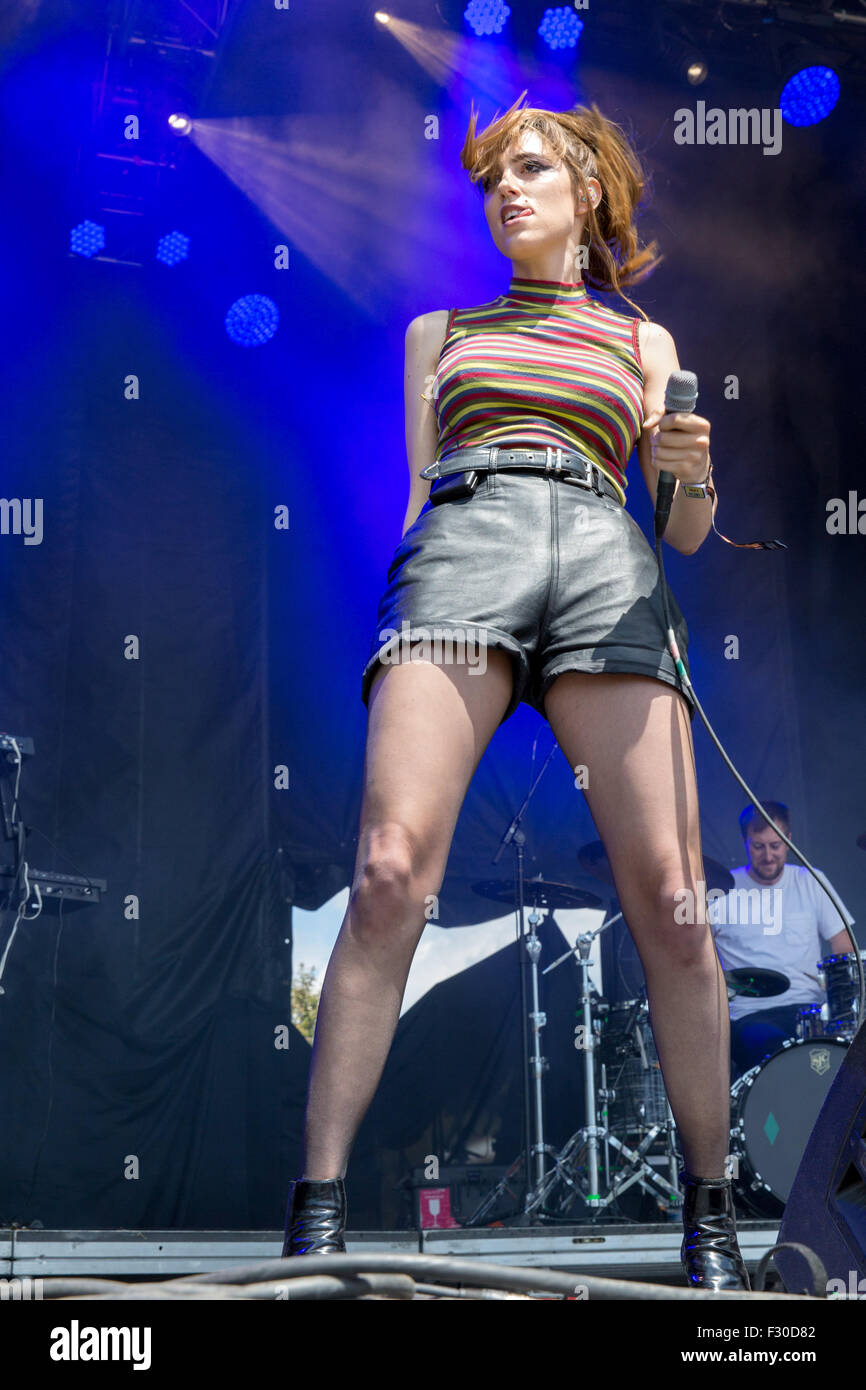 Chicago, Illinois, USA. 1st Aug, 2015. Singer RYN WEAVER performs live in Grant Park at the Lollapalooza Music Festival - Stock Image