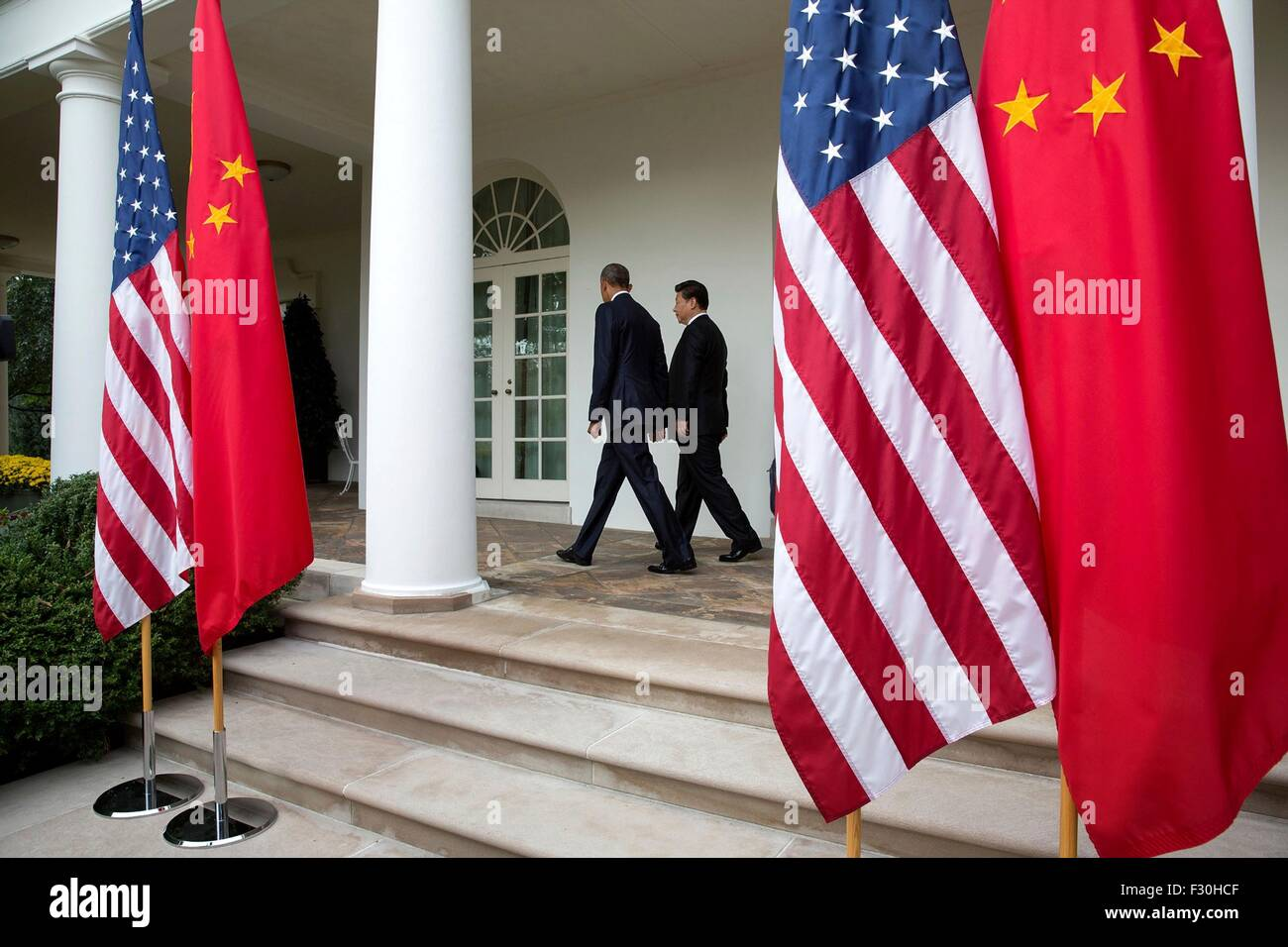 Washington DC, US. 25th Sep, 2015. U.S. President Barack Obama and Chinese President Xi Jinping walk along the Colonnade - Stock Image