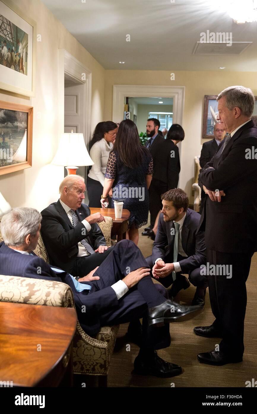 Washington DC, US. 25th Sep, 2015. U.S. Vice President Joe Biden talks with Secretary John Kerry, Brian Deese, and - Stock Image