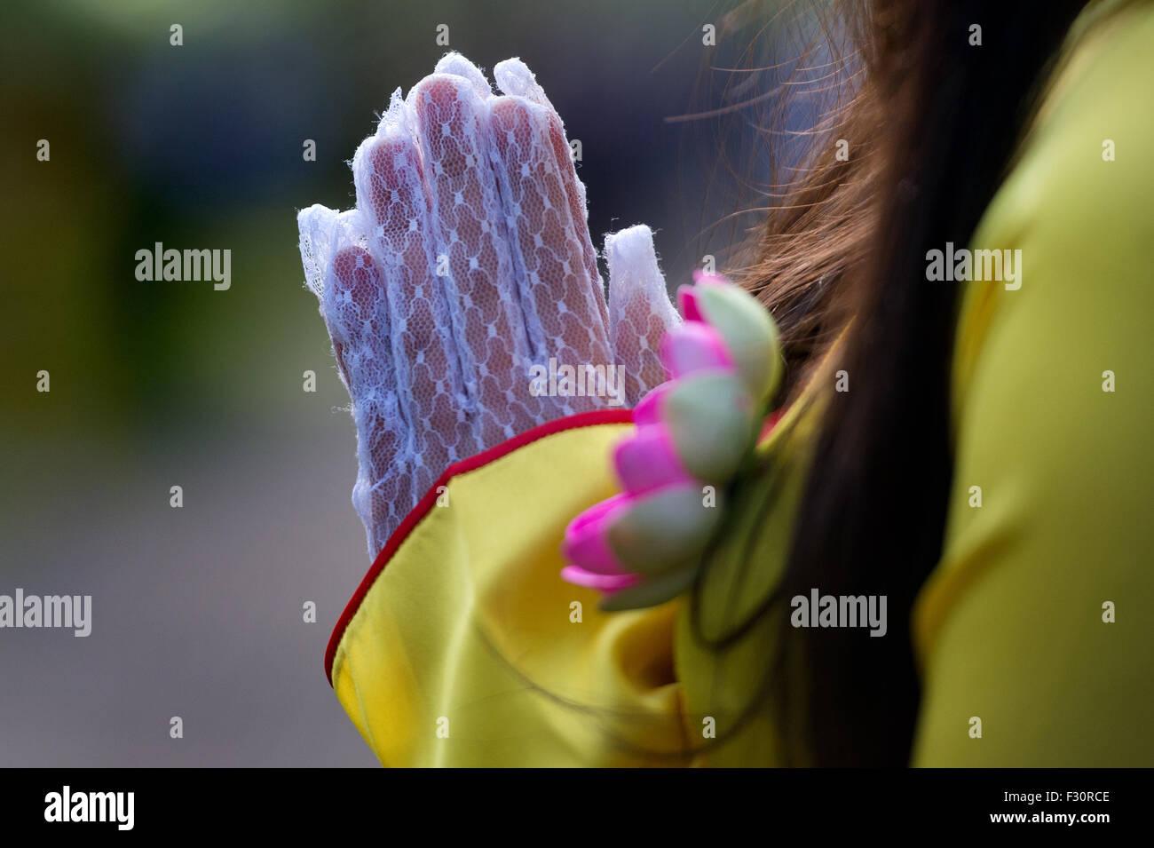 Ein Blumenmädchen steht am 27.09.2015 mit gefalteten Händen während der großen Zeremonie der - Stock Image