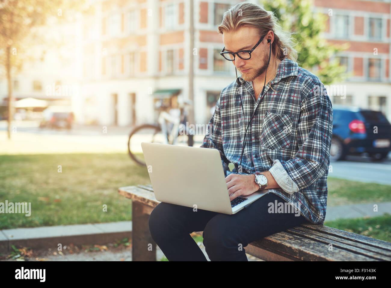 Entrepreneur working on idea on his laptop. city lifestyle - Stock Image