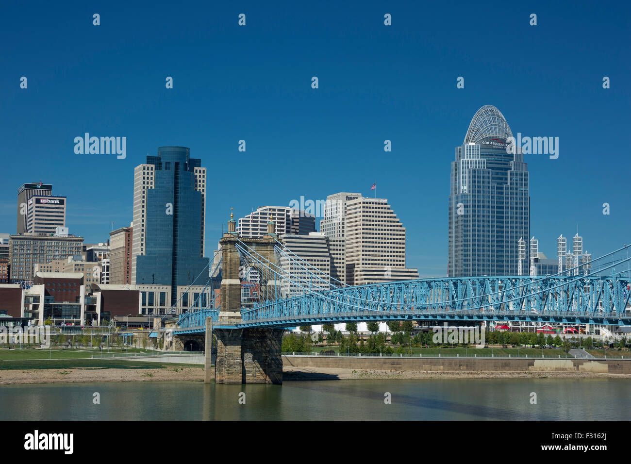 ROEBLING SUSPENSION BRIDGE OHIO RIVER DOWNTOWN SKYLINE CINCINNATI OHIO USA - Stock Image