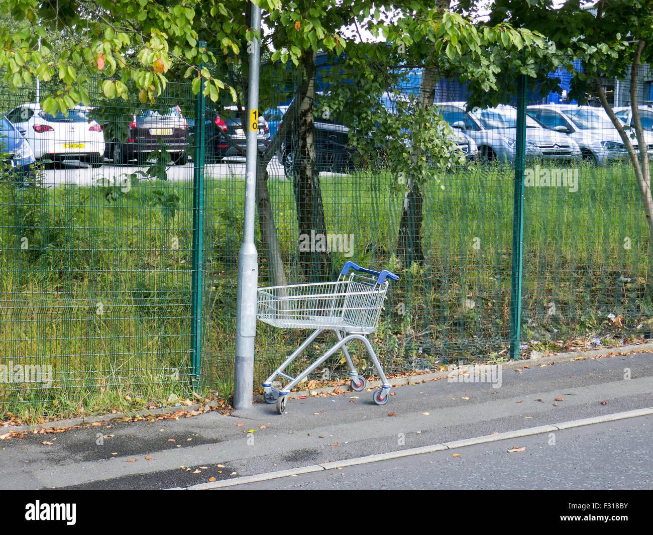 Abandoned supermarket trolley - Stock Image