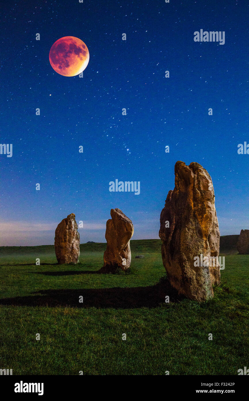 The blood moon over the Sarsen stones at Avebury in Wiltshire, England, UK. - Stock Image