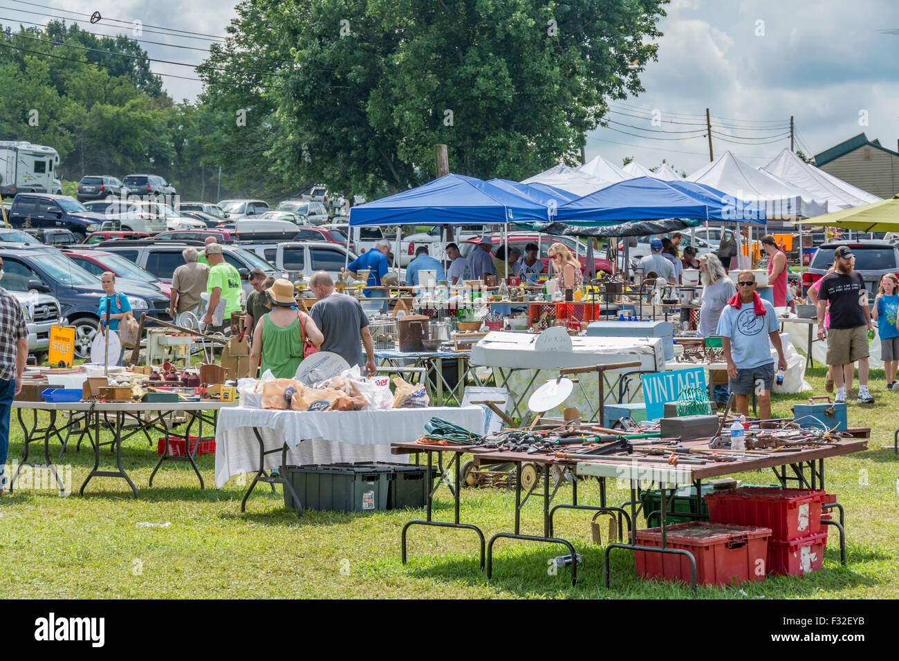 Yard Sale Stock Photos & Yard Sale Stock Images - Alamy