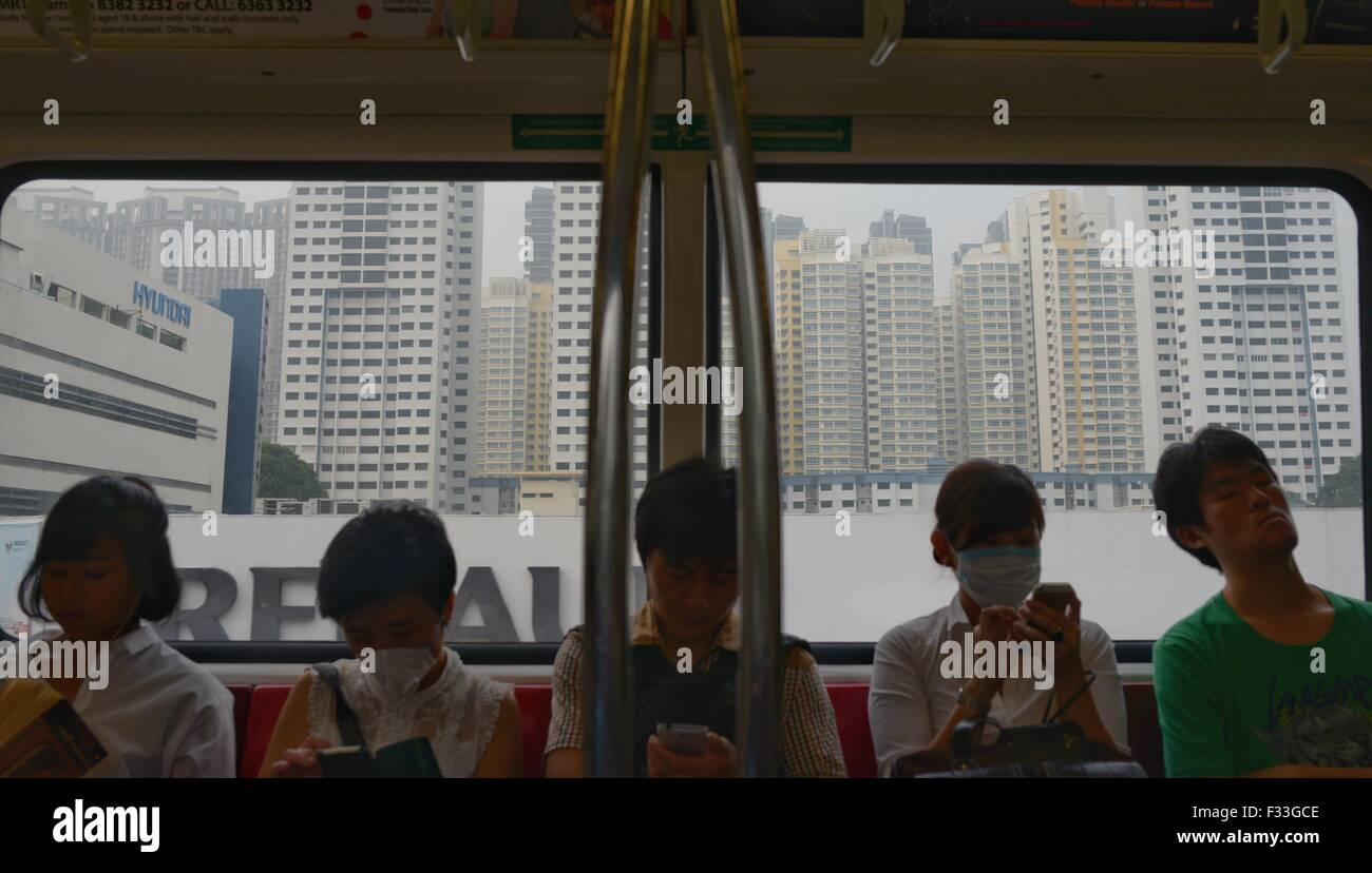 Singapore. 29th Sep, 2015. Passengers wearing masks take the subway in Singapore, Sept. 29, 2015. The three-hour - Stock Image