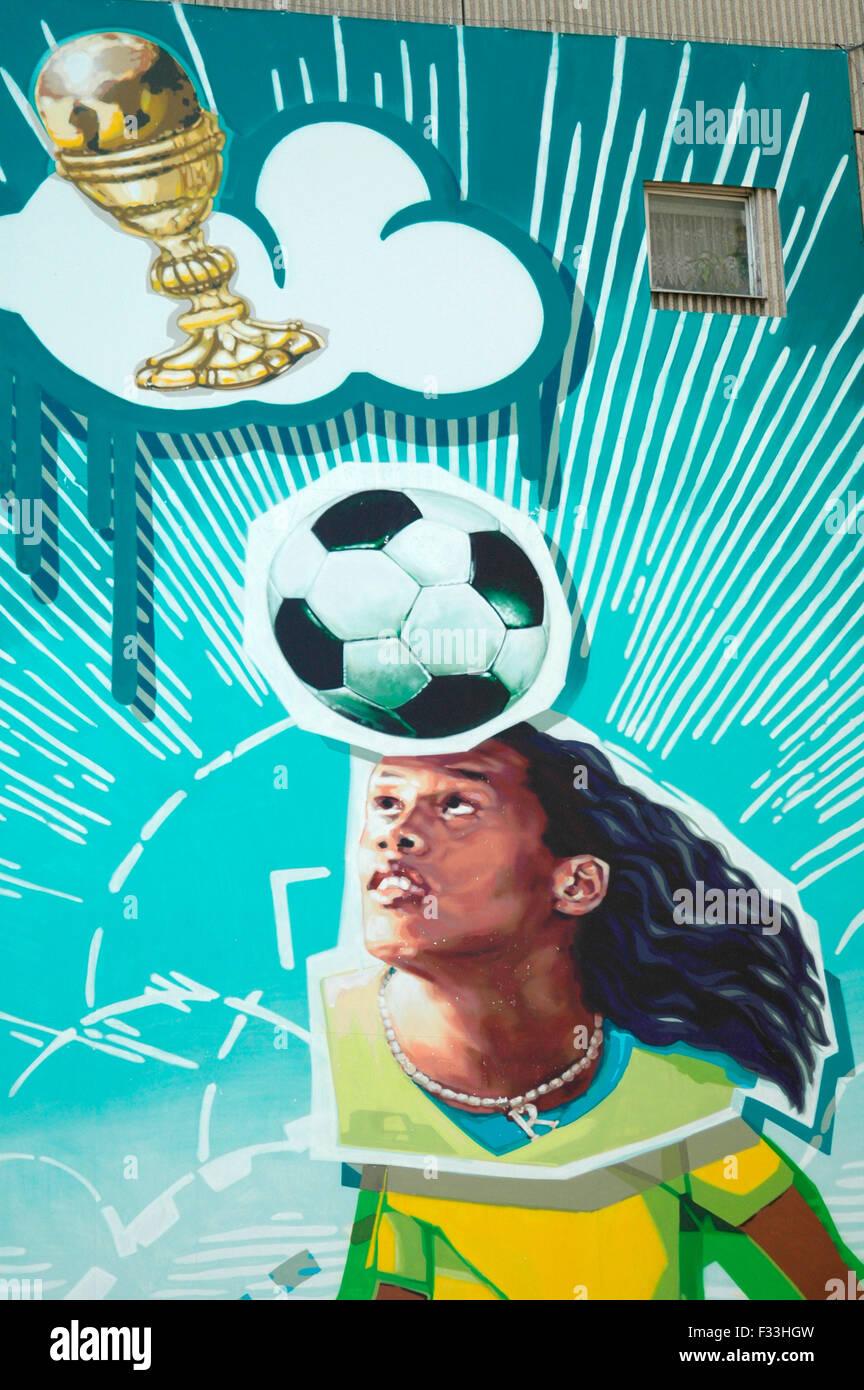 Ronaldinho als Fussball-Gott - Wandgemaelde an einem Plattenbau in Berlin-Mitte - Fussballweltmeisterschaft in deutschland 2006, Stock Photo