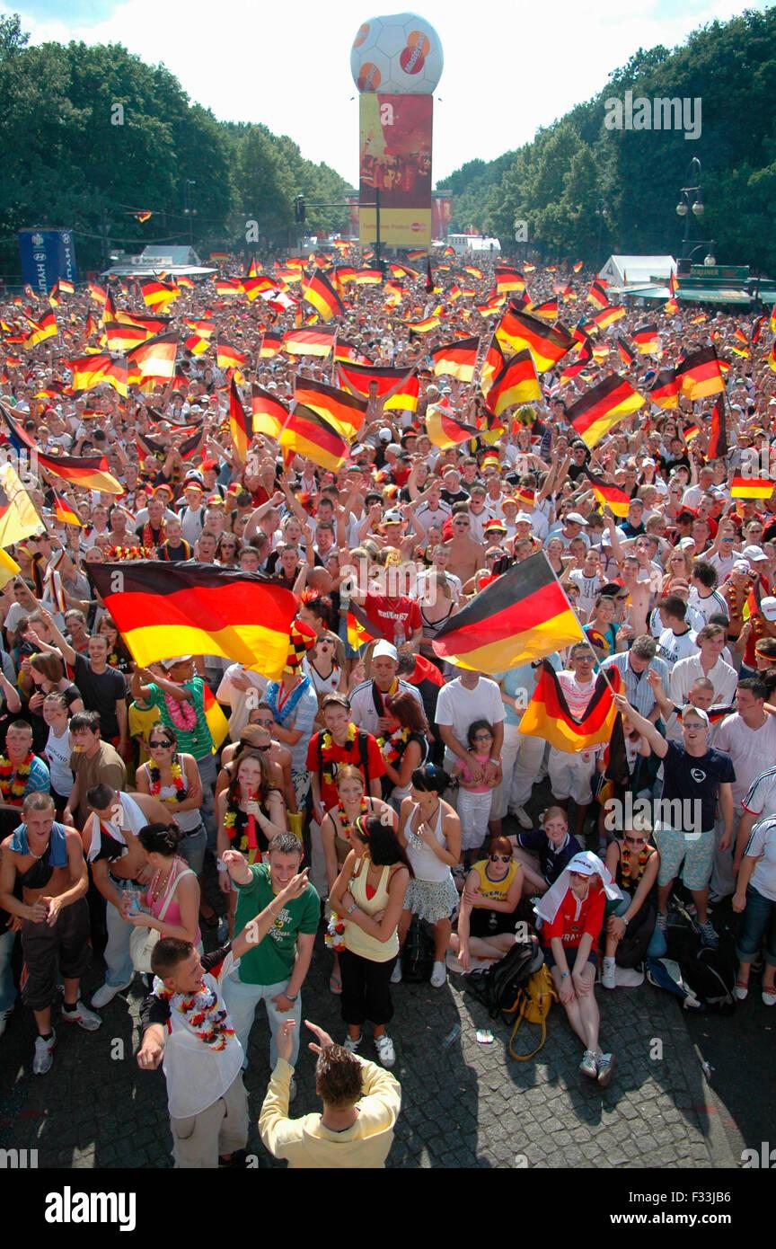 deutsche Fans jubeln nach dem Achtelfinale bei der Fussballweltmeisterschaft 2006 zwischen Deutschland und Schweden, das Deutsch Stock Photo