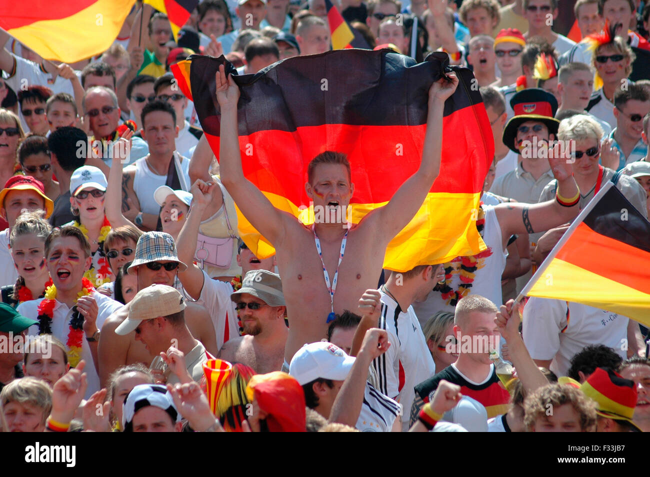 deutsche Fans vor dem Achtelfinale bei der Fussballweltmeisterschaft 2006 zwischen Deutschland und Schweden am 24. Juni 2006, Fa Stock Photo