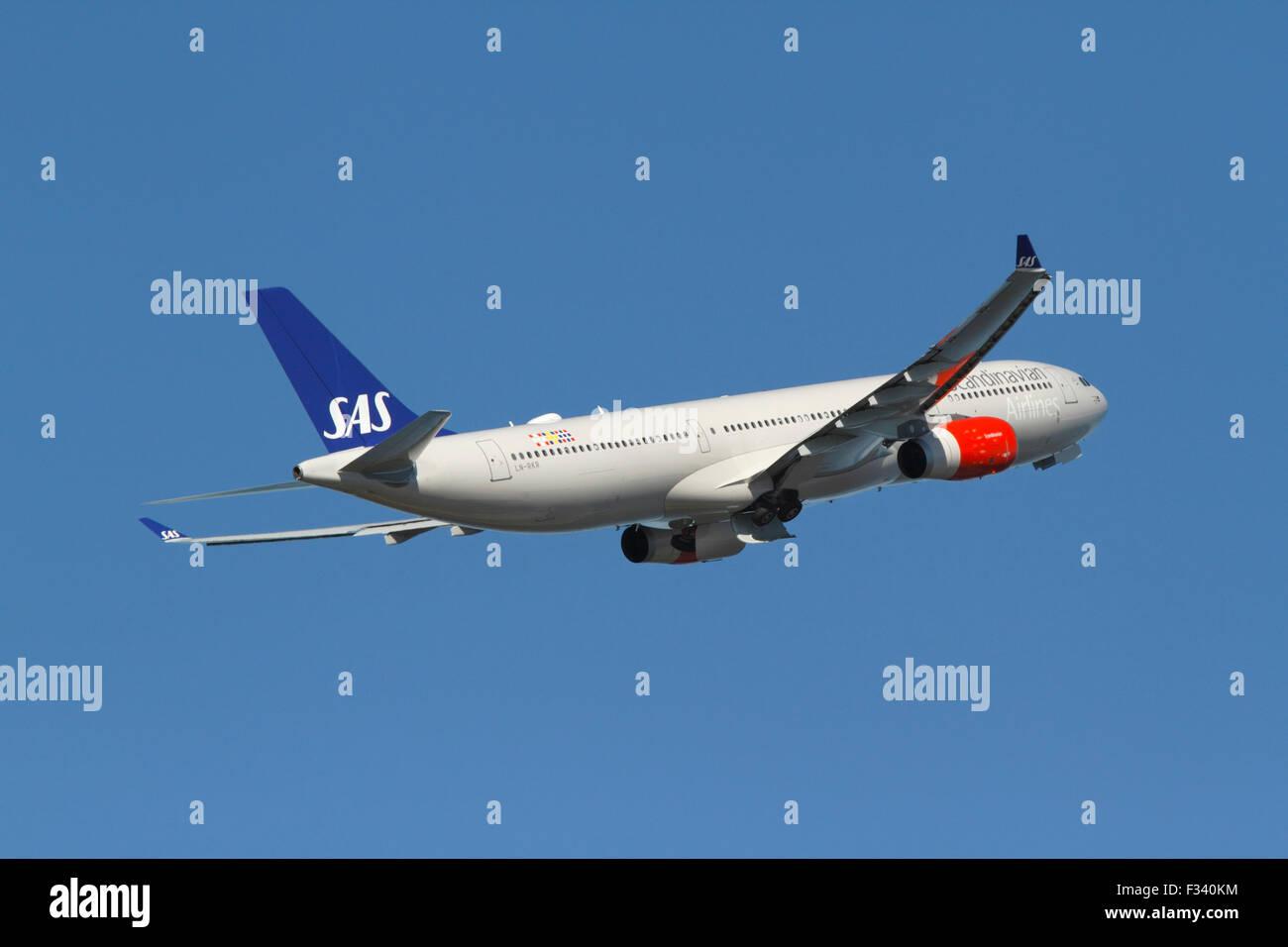 Copenhagen, Denmark. 29th September, 2015. LN-RKR flight SK925 takes off from CPH Kastrup Airport. Scandinavian - Stock Image