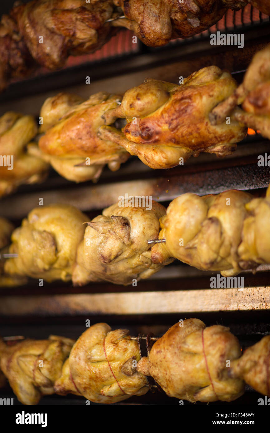 chickens roasting in the market at Issigeac, Pays de Bergerac, Périgord, Dordogne, Aquitaine, France - Stock Image