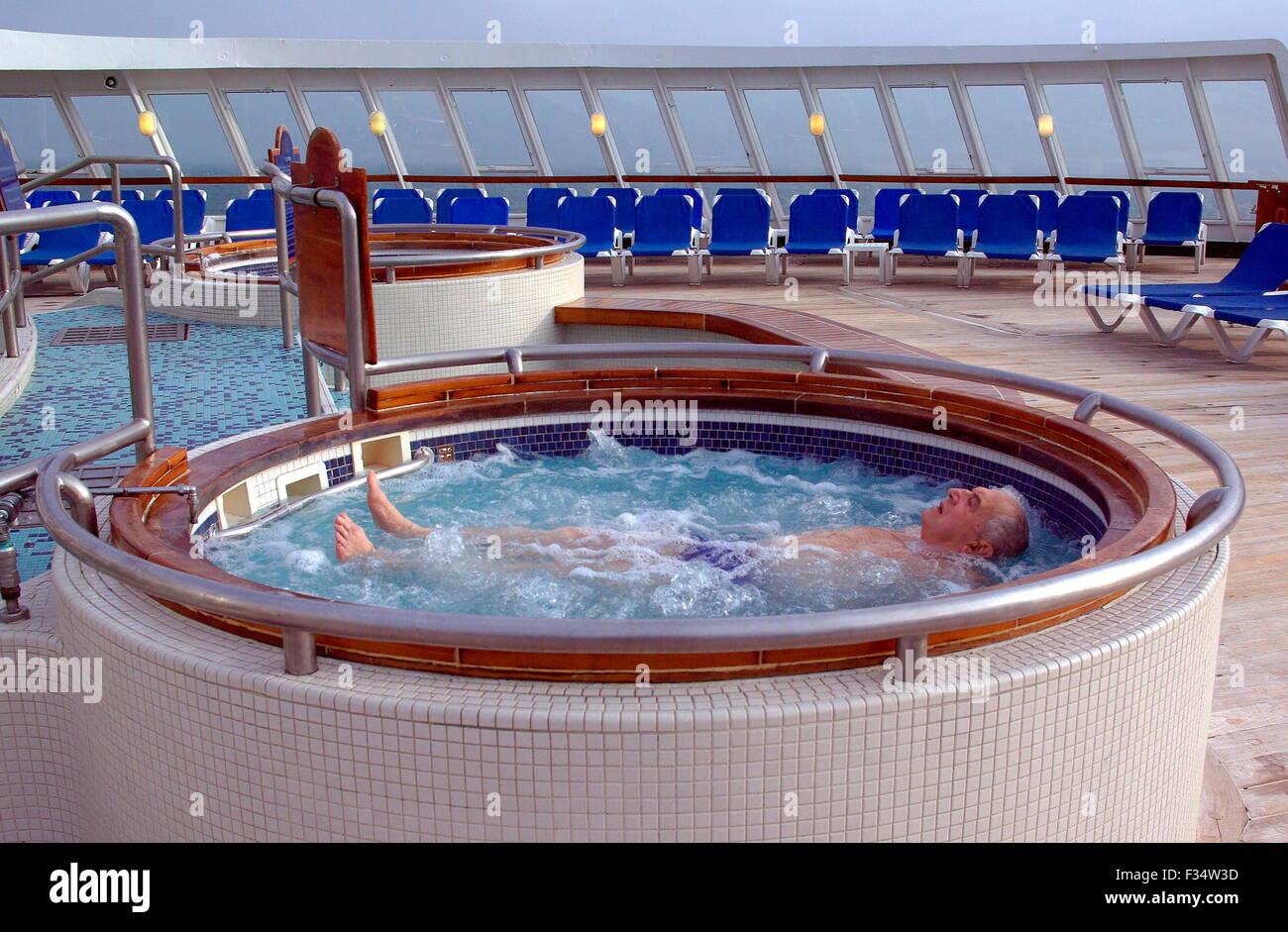 AJAXNETPHOTO. 2006. AT SEA. - CRUISE LINER - PASSENGER ON THE LINER QE2 ENJOYS A JACUZZI DIP. PHOTO:JONATHAN EASTLAND/AJAX - Stock Image
