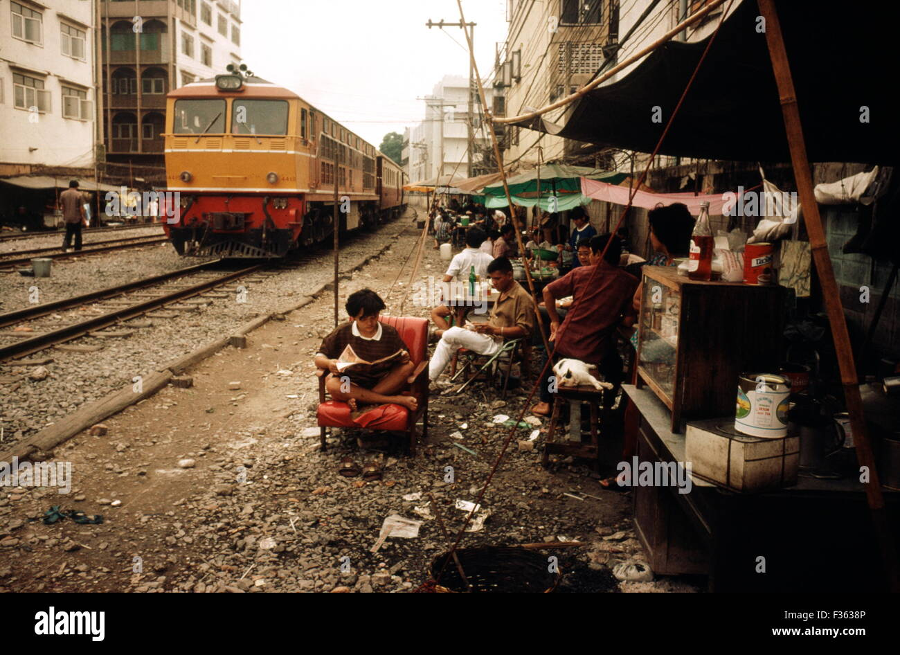AJAXNETPHOTO - 1987. BANGKOK, THAILAND - RAILWAYS - TRACKSIDE LIFE IN THE CITY. PHOTO:JONATHAN EASTLAND/AJAX REF:BKK Stock Photo