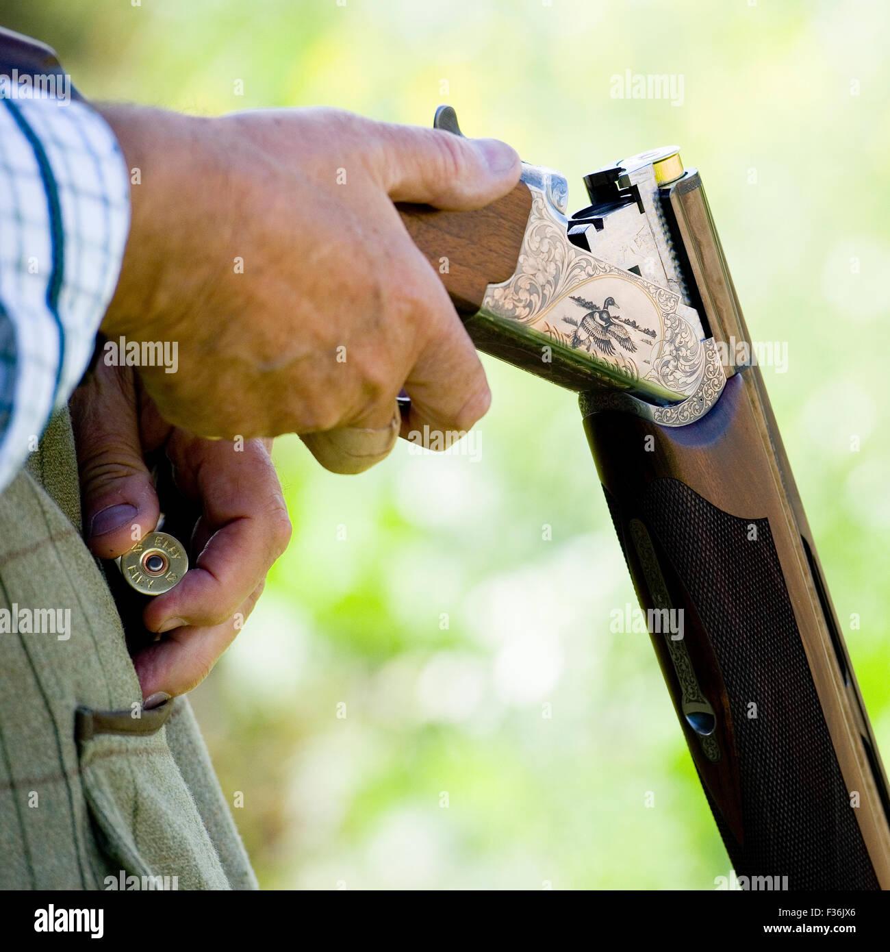man loading shotgun - Stock Image
