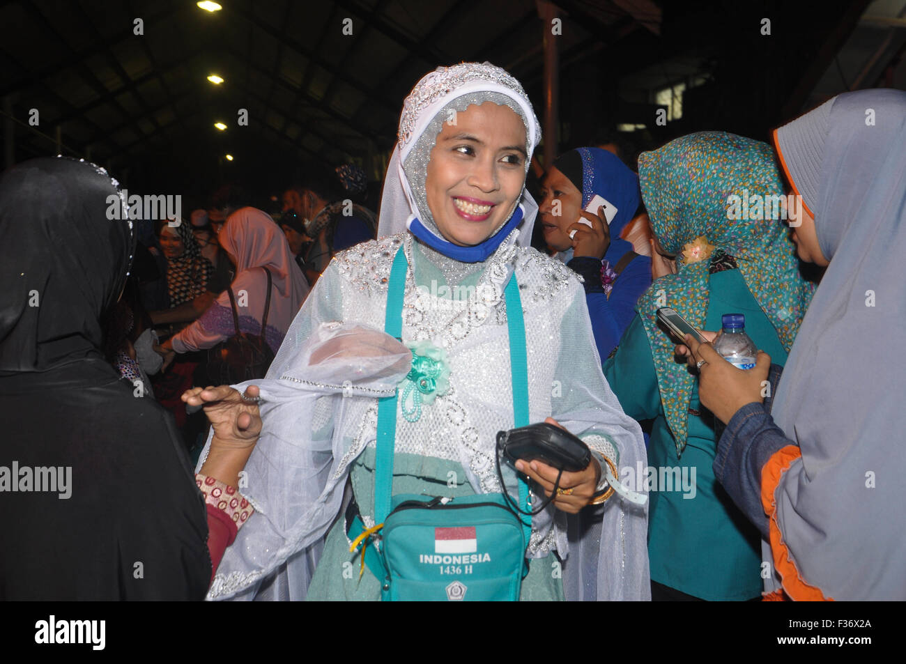 Makassar, Indonesia. 30th Sep, 2015. Indonesian hajj pilgrim smiles soon after arrive at Sudiang Hajj Hostel in - Stock Image