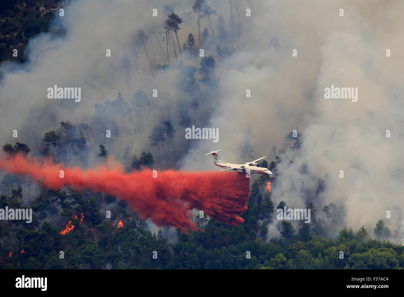 Fire extinction, firefighting aircraft Dash 8 Q400 MR, French Sécurité Civile, dropping extinguishing - Stock Image
