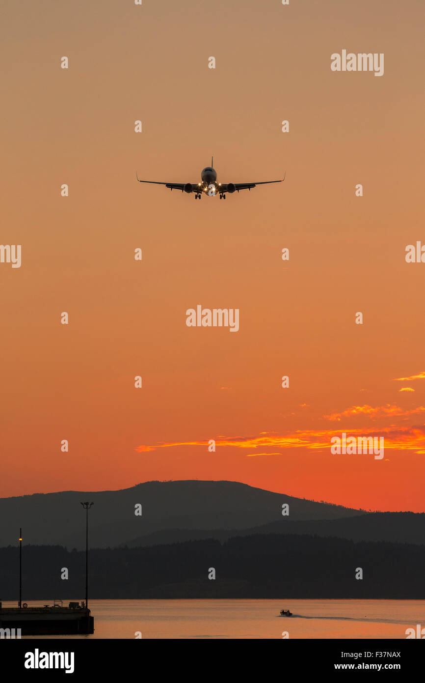 Commercial airliner Boeing 737 jet on final approach for landing-Victoria, British Columbia, Canada. - Stock Image