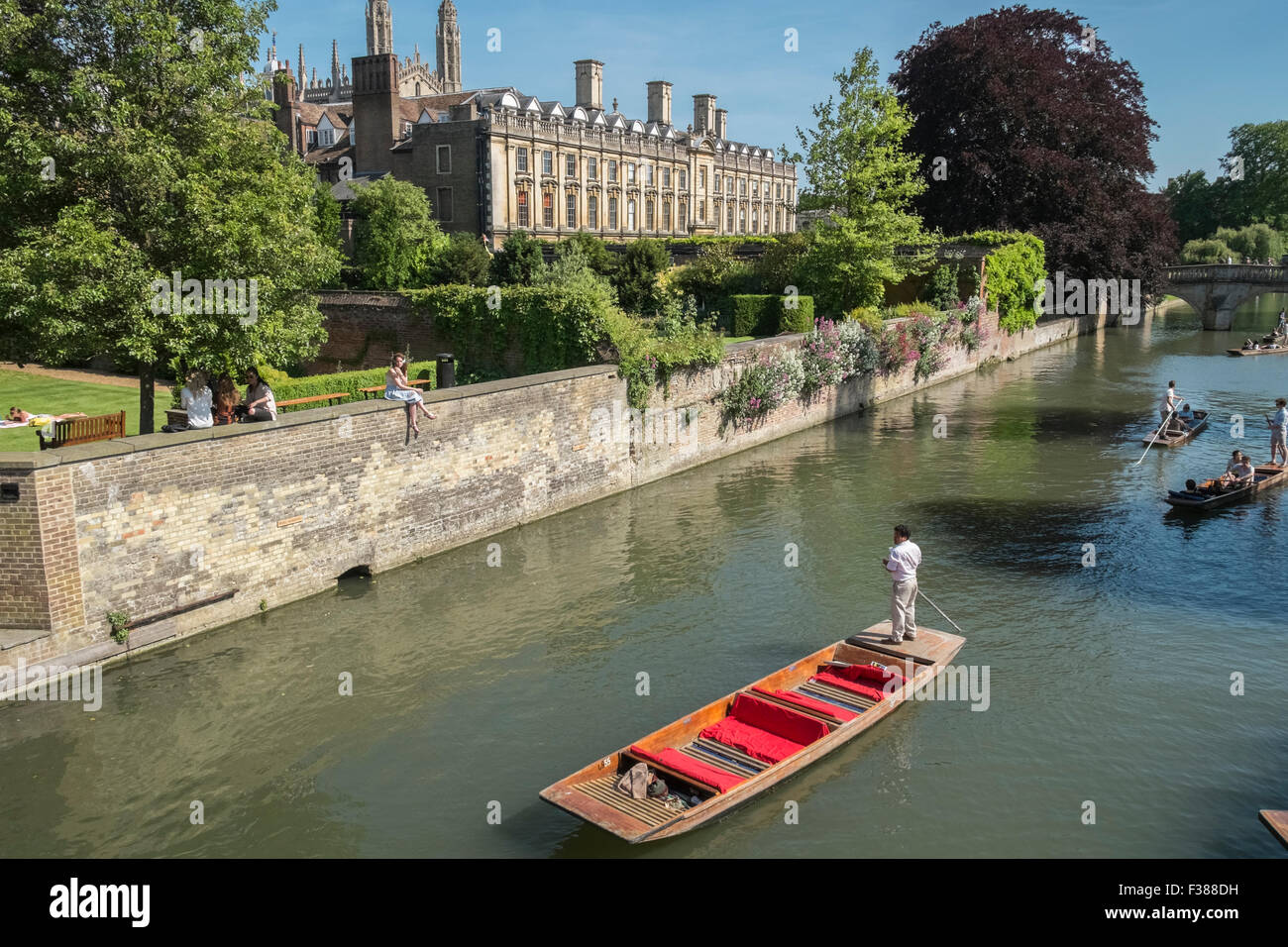 Punting on the River Cam, Cambridge, Cambridgeshire, with Clare College building and gardens in the background. - Stock Image