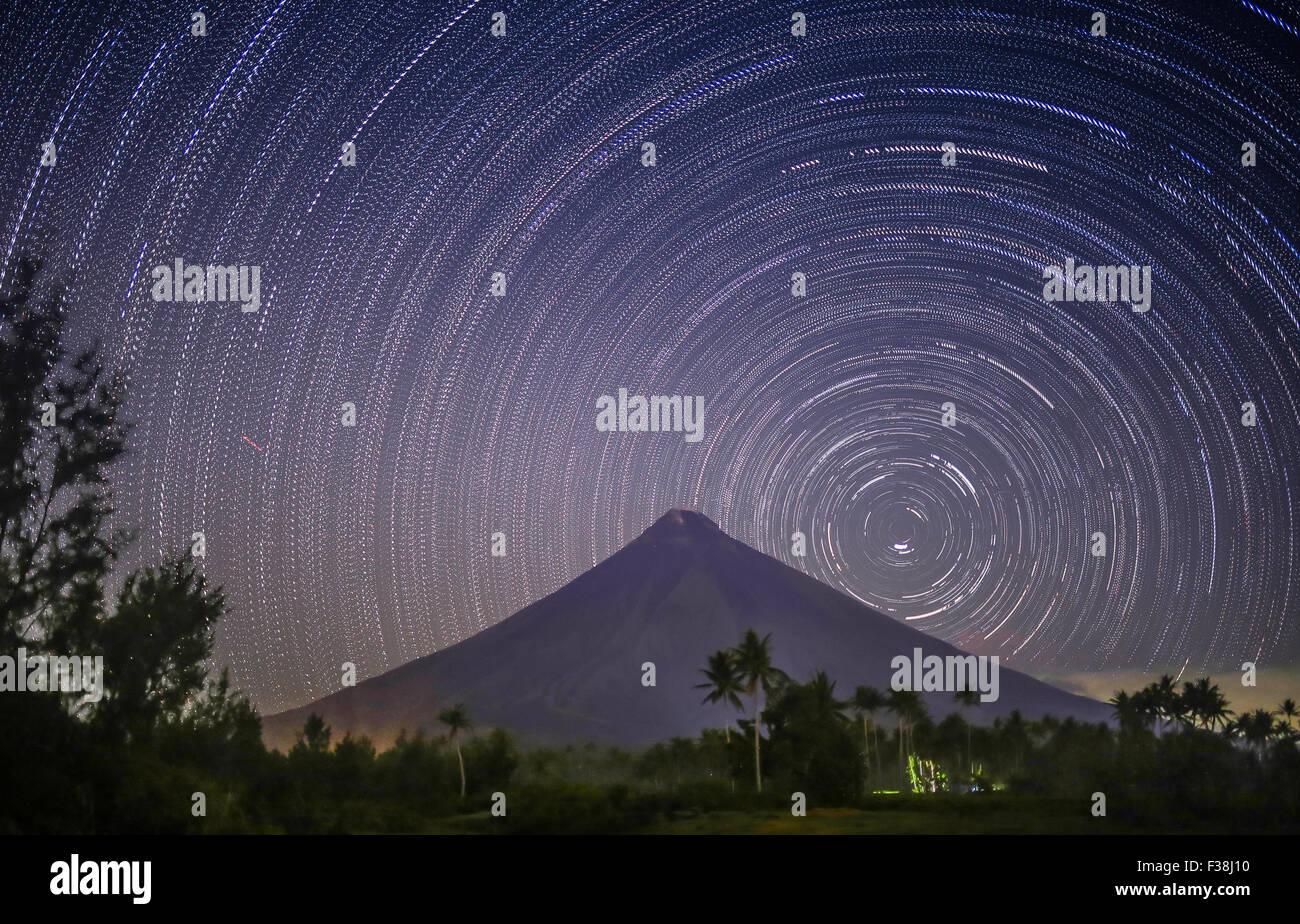 Stars leave tracks. Volkano Mayon. Philippines - Stock Image