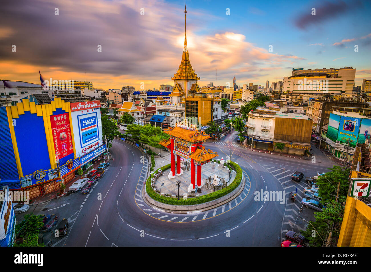 The Chinatown gate traffic circle with Wat Traimit behind in Bangkok, Thailand. - Stock Image