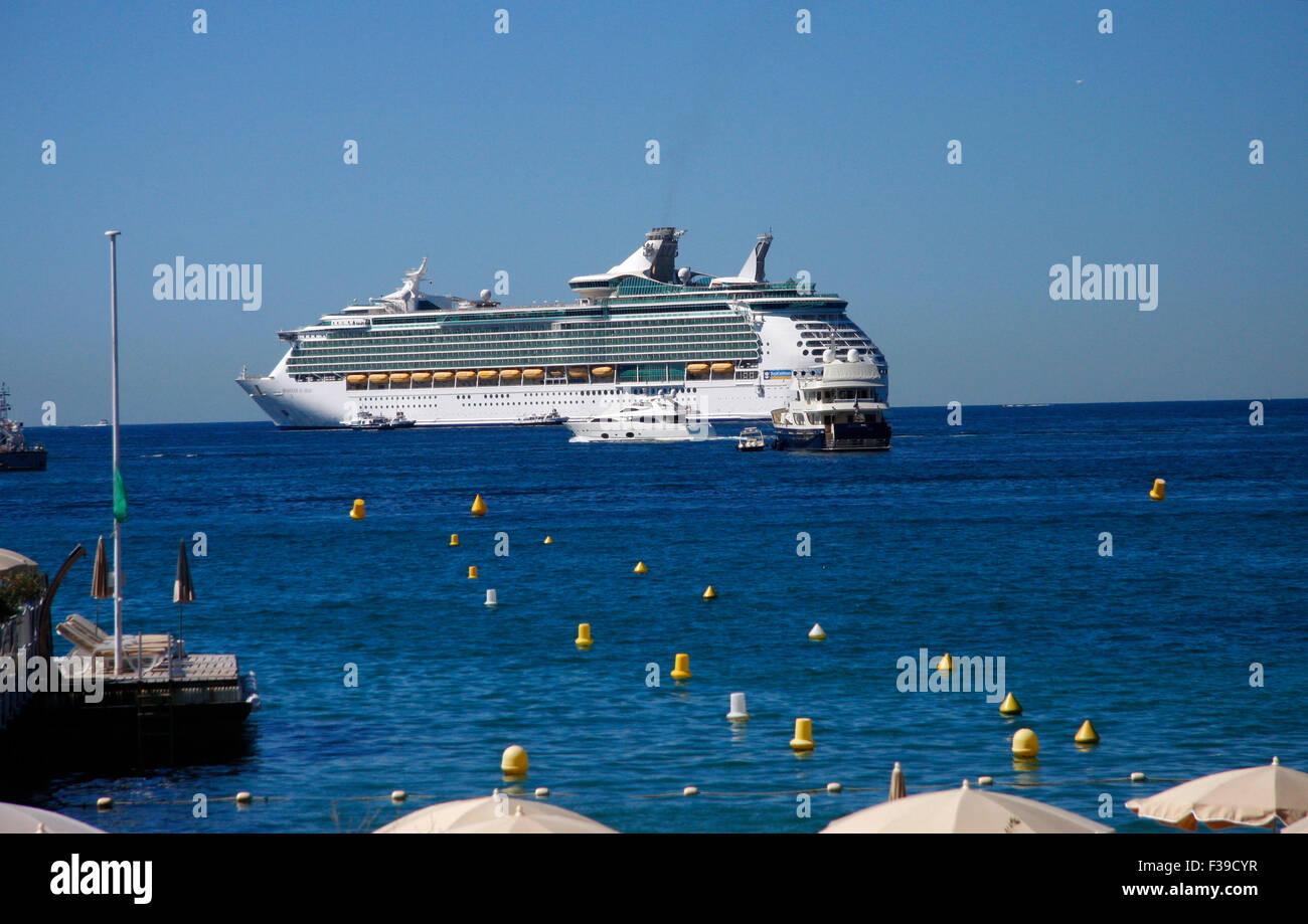 Kreuzfahrtschiff auf dem Mittelmeer vor Cannes, Cote d'Azur, Frankreich. - Stock Image