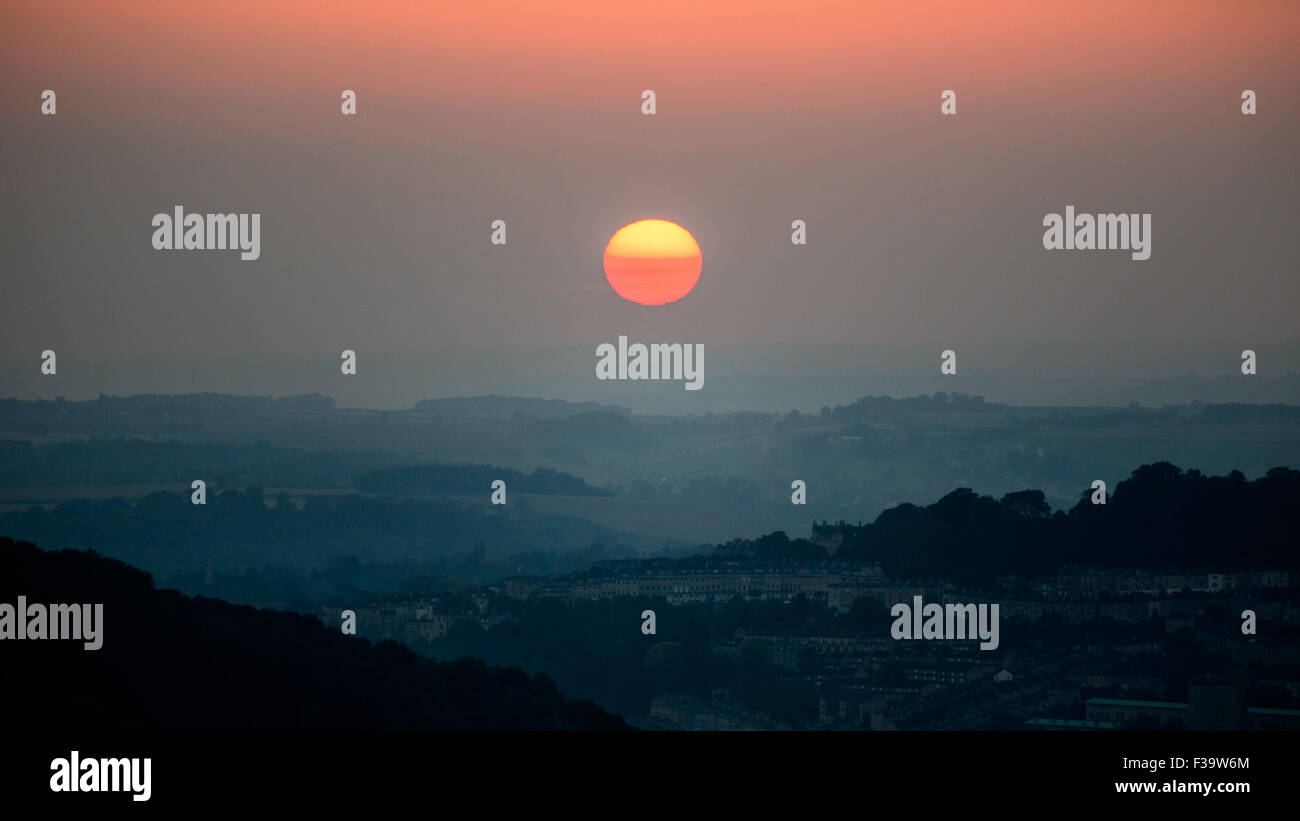 Bath, UK. 2nd October 2015. A blood red 'SuperSun' sets over the city of Bath casting an eerie red glow - Stock Image