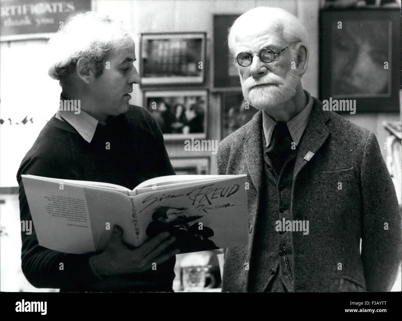 Dec. 26, 1965 - Freud Heads-off to America: Cartoonist Ralph Steadman is flying off to the USA with a very special - Stock Image