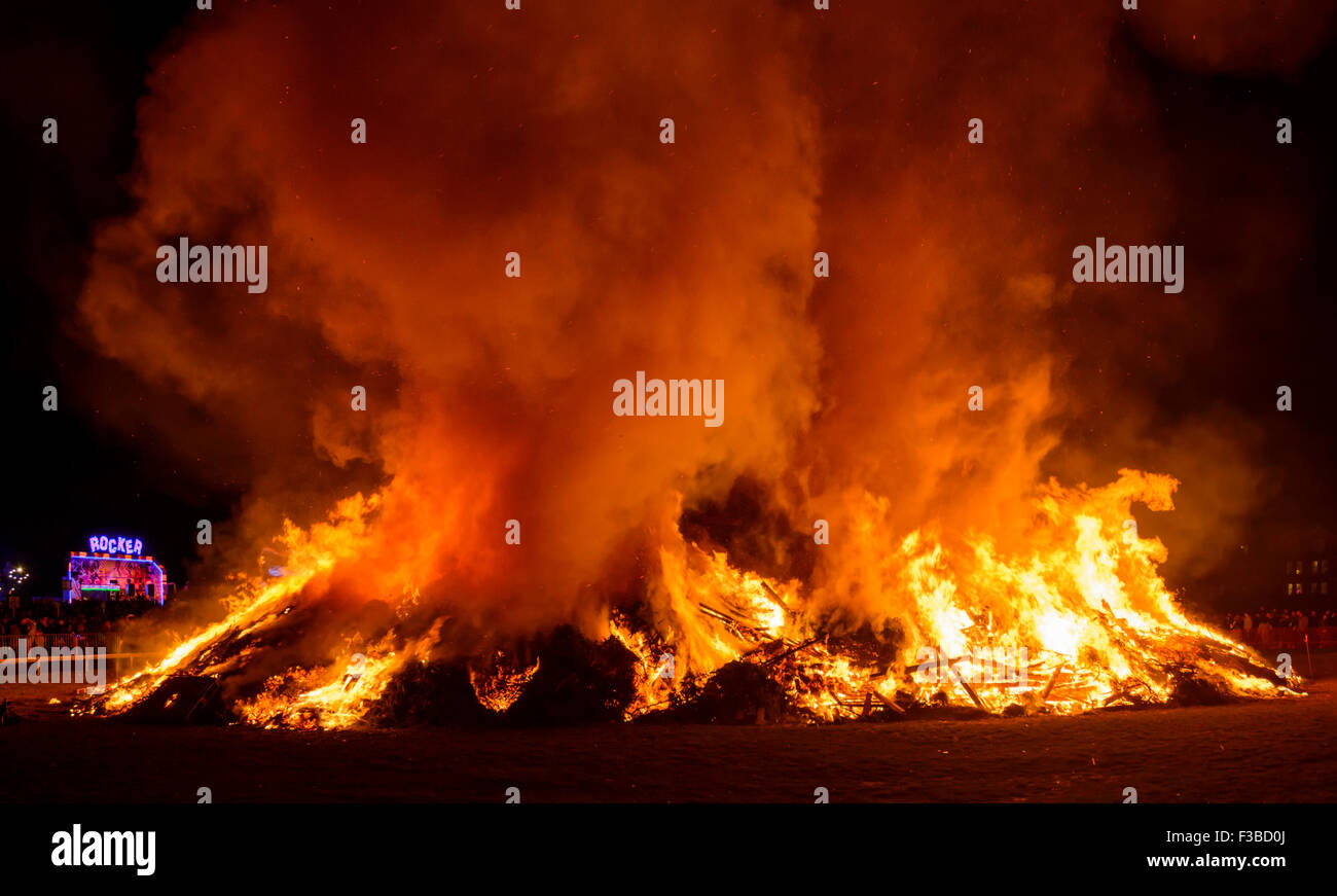A large bonfire to celebrate Guy Fawkes Night in England, UK. - Stock Image
