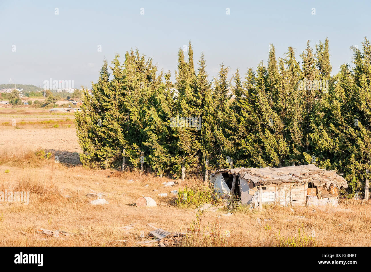 An abandoned shanty house located in rural Turkey. - Stock Image
