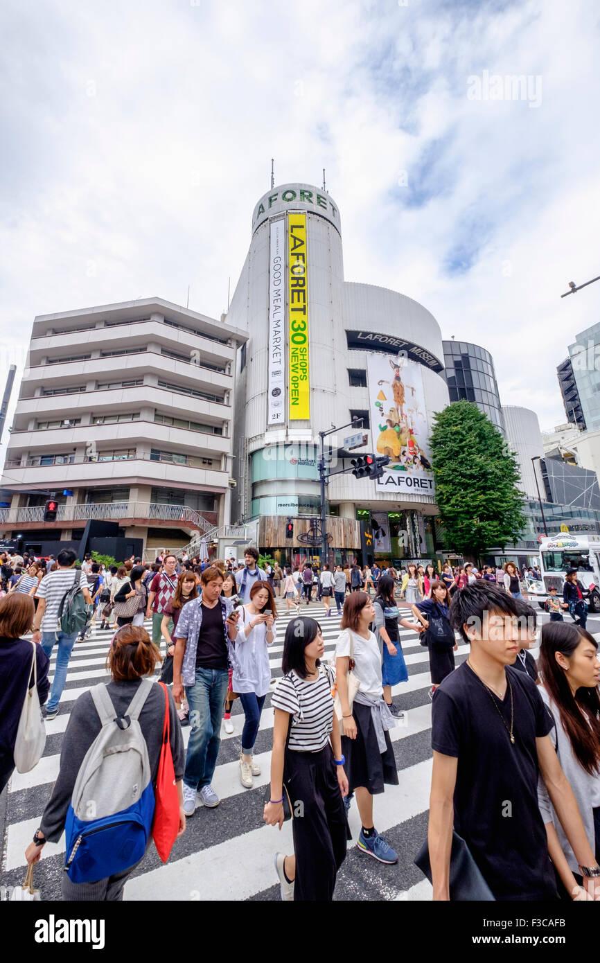 Busy pedestrian crossing at Omotesando in Tokyo Japan - Stock Image