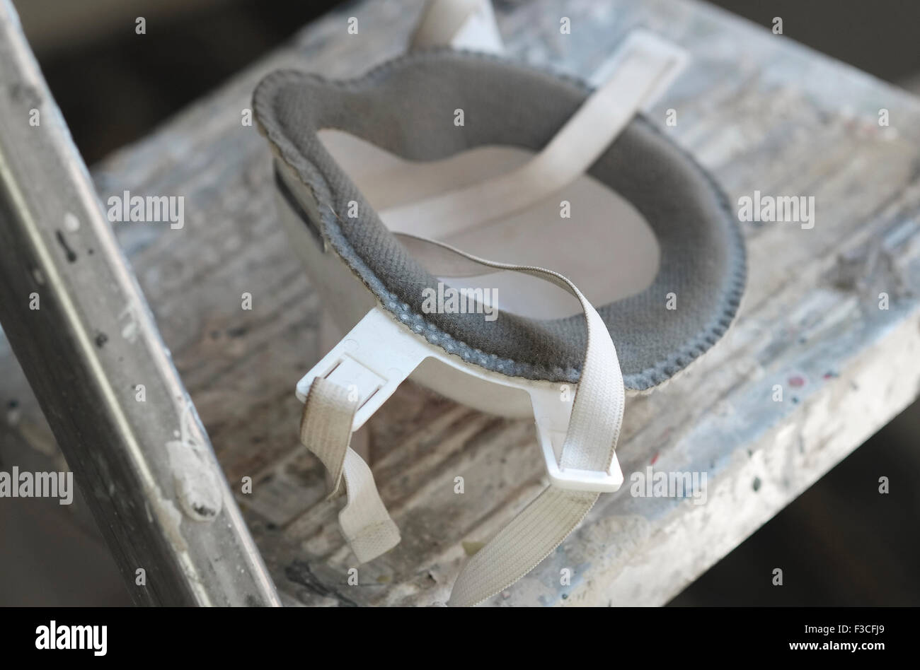 do it yourself dust face mask on step ladder - Stock Image
