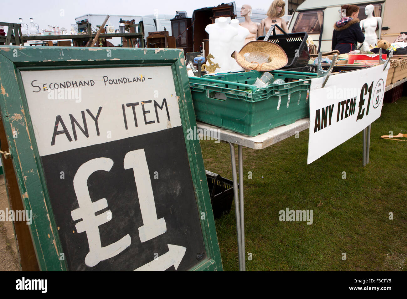 UK, England, Lincolnshire, Lincoln, Antiques Fair, secondhand poundland, any item £1 sign - Stock Image
