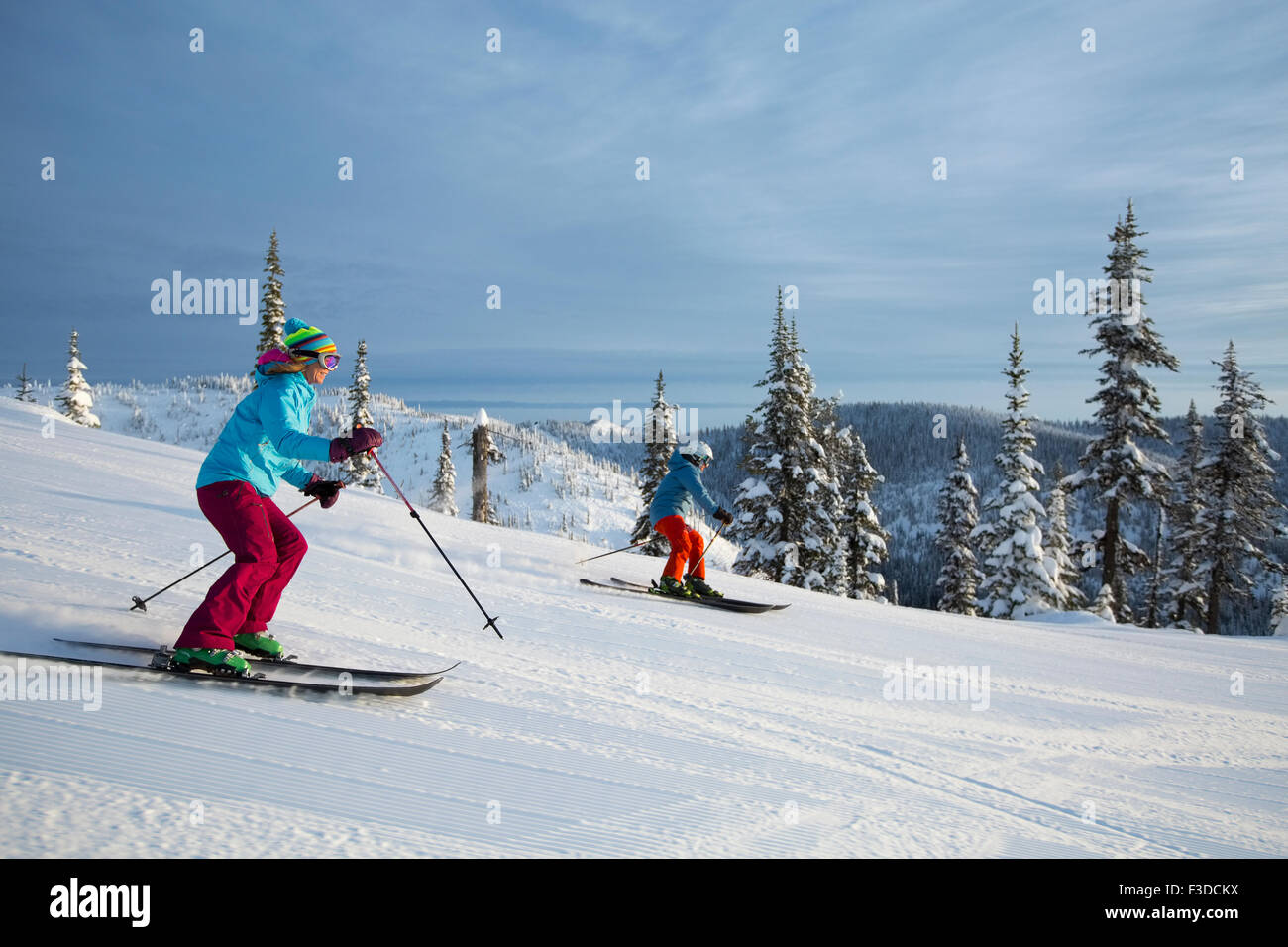 Side view of skiing couple - Stock Image