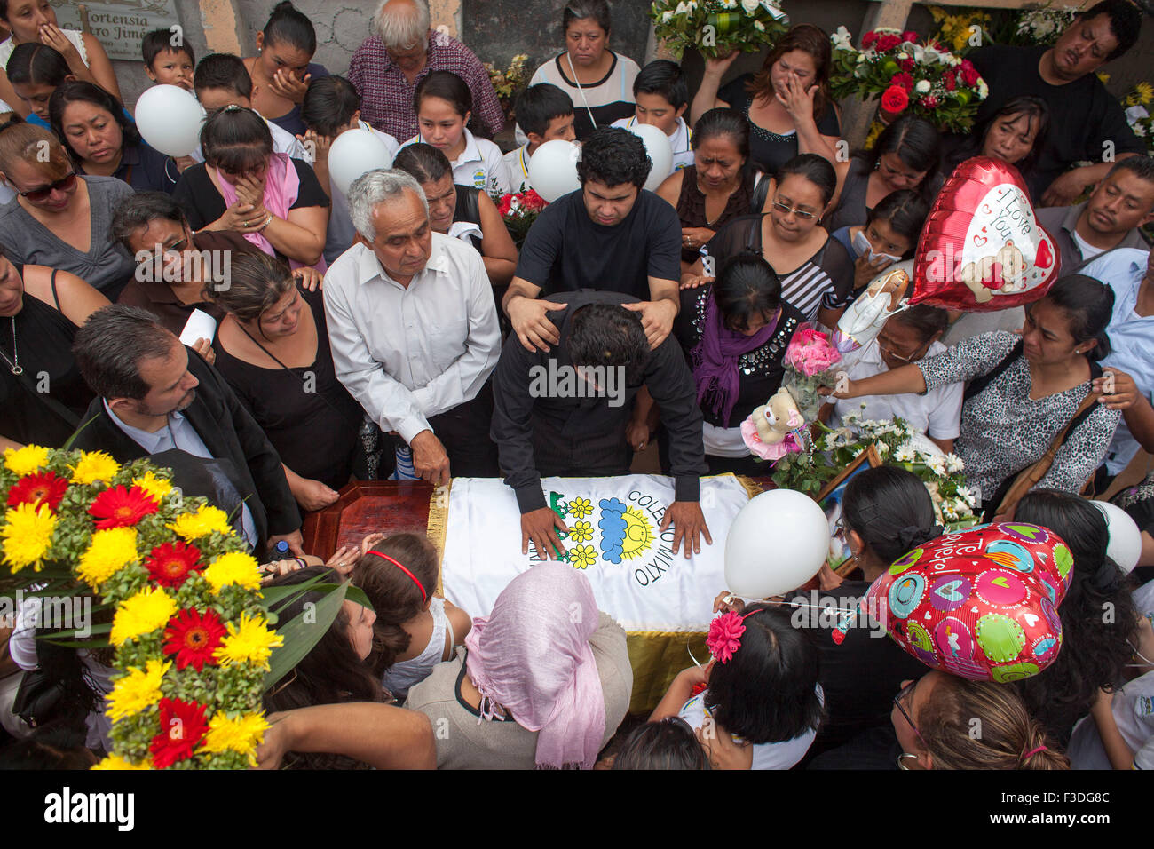 Santa Catarina Pinula, Guatemala. 5th Oct, 2015. Residents attend the funeral of two brothers Gabriel and Jennifer - Stock Image