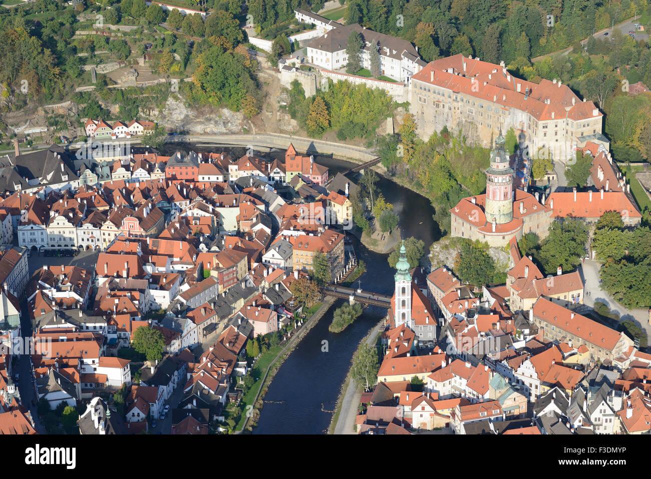CASTLE OVERLOOKING THE MEDIEVAL CITY AND THE VLTAVA RIVER (aerial view). Ceský Krumlov, Bohemia, Czech Republic. - Stock Image