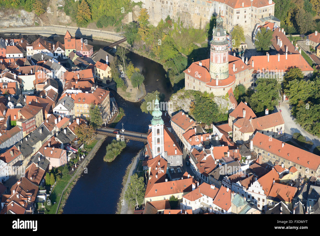 CASTLE OVERLOOKING THE MEDIEVAL TOWN AND THE VLTAVA RIVER (aerial view). Ceský Krumlov, Bohemia, Czech Republic. - Stock Image