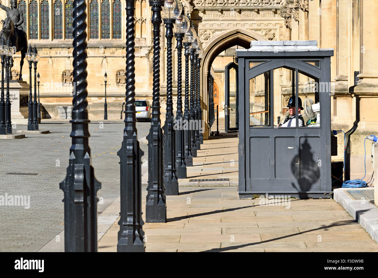 London, England, UK. Houses of Parliament, Westminster. Police officer in a booth in the car park - Stock Image
