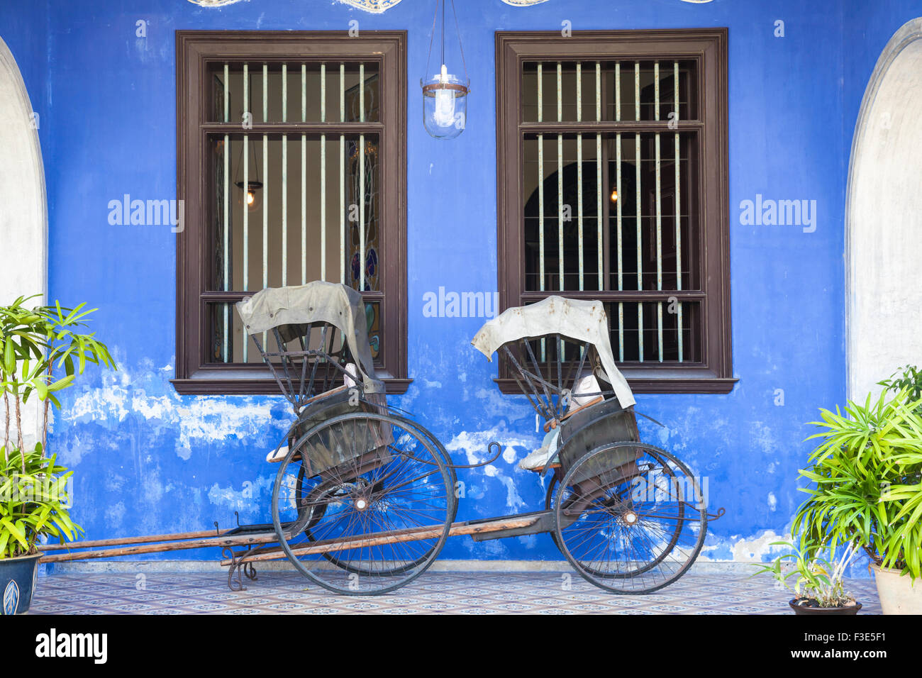 Georgetown, Malaysia — 04 August, 2014: Old rickshaw tricycle near Fatt Tze Mansion or Blue Mansion - Stock Image
