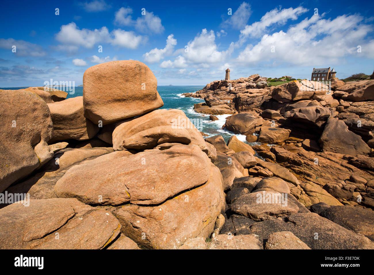 Phare de Mean Ruz lighthouse giant rocks at the Cote granit rose pink granite coast Ploumanac´h Perros Guirec - Stock Image