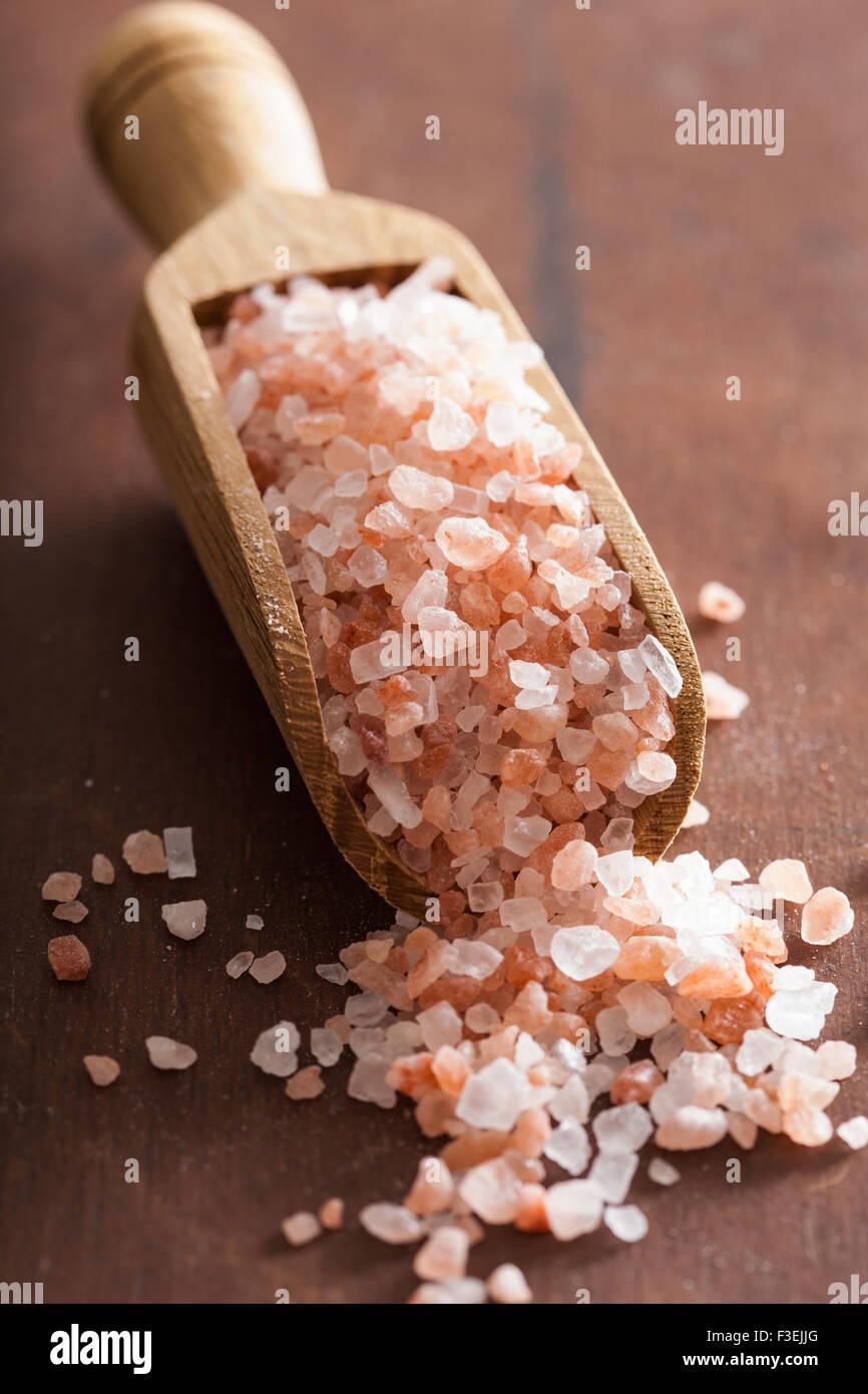 pink himalayan salt in scoop - Stock Image