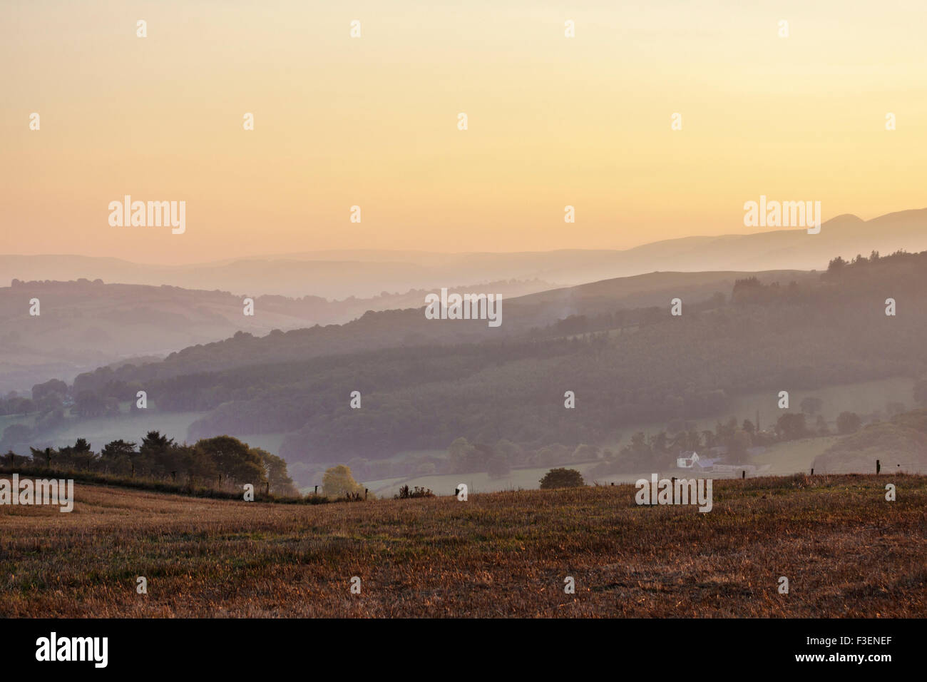 Sunset on the Welsh Borders near Knighton - view west from Stonewall Hill in Herefordshire towards the hills of - Stock Image