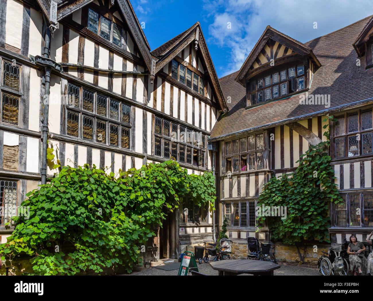 Courtyard in Hever Castle, family home of Anne Boleyn, Hever, Kent, England, UK - Stock Image