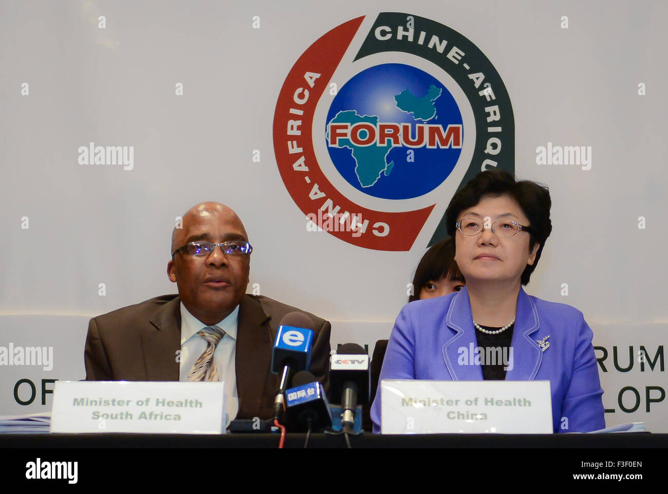 (151006) -- CAPE TOWN, Oct. 6, 2015 (Xinhua) -- South African Health Minister Aaron Motsoaledi (L) and Director - Stock Image