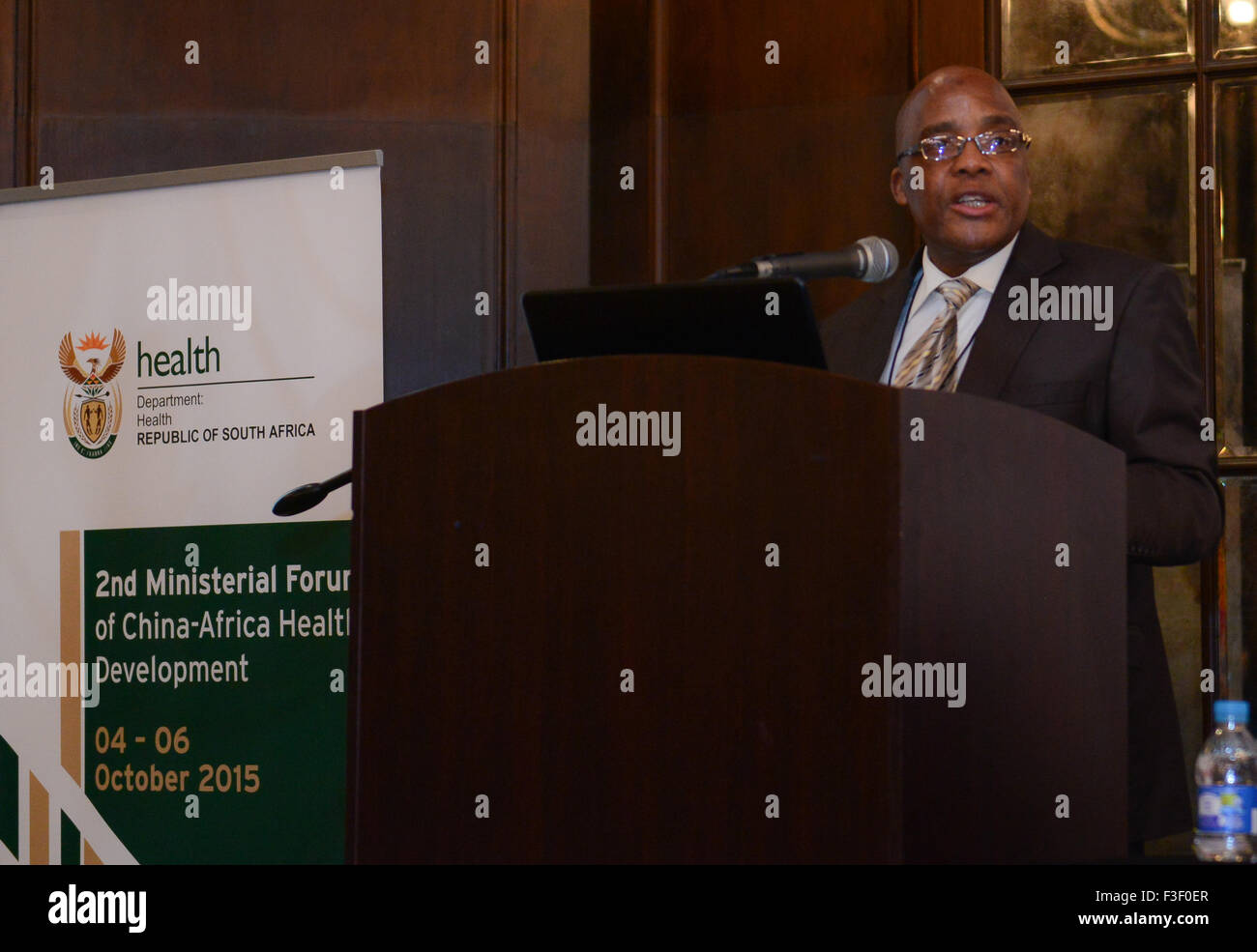 (151006) -- CAPE TOWN, Oct. 6, 2015 (Xinhua) -- South African Health Minister Aaron Motsoaledi addresses the Second - Stock Image