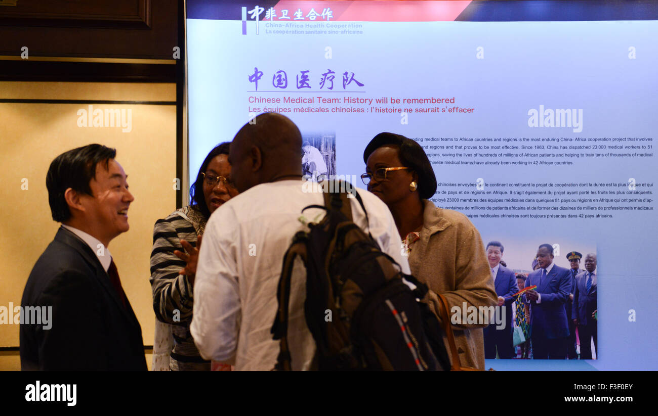 (151006) -- CAPE TOWN, Oct. 6, 2015 (Xinhua) -- Representatives chat with each other in front of a poster about - Stock Image