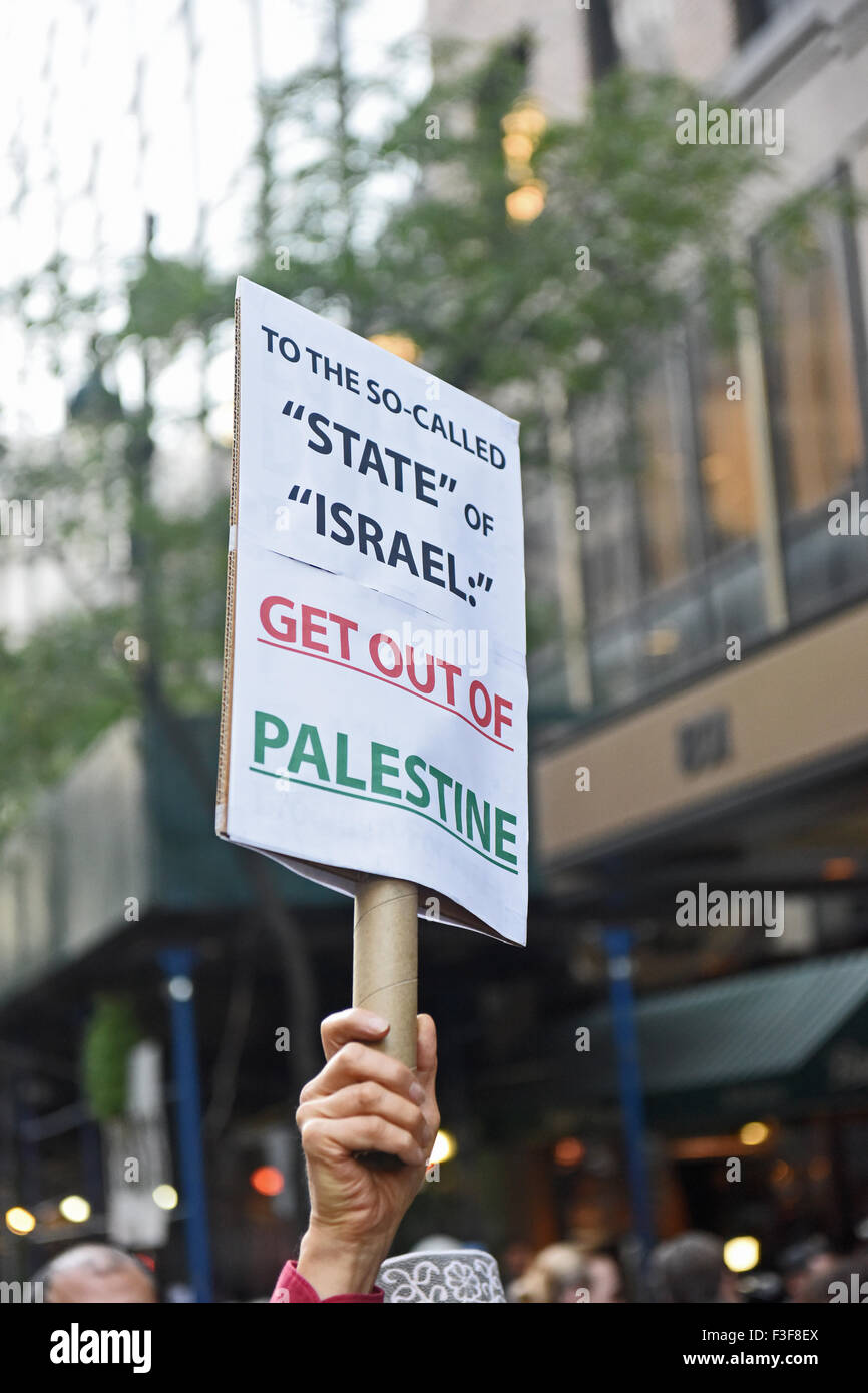 New York City, United States. 06th Oct, 2015. Anti-Zionist sign held aloft on Second Avenue. Al Awda, NYC Students - Stock Image