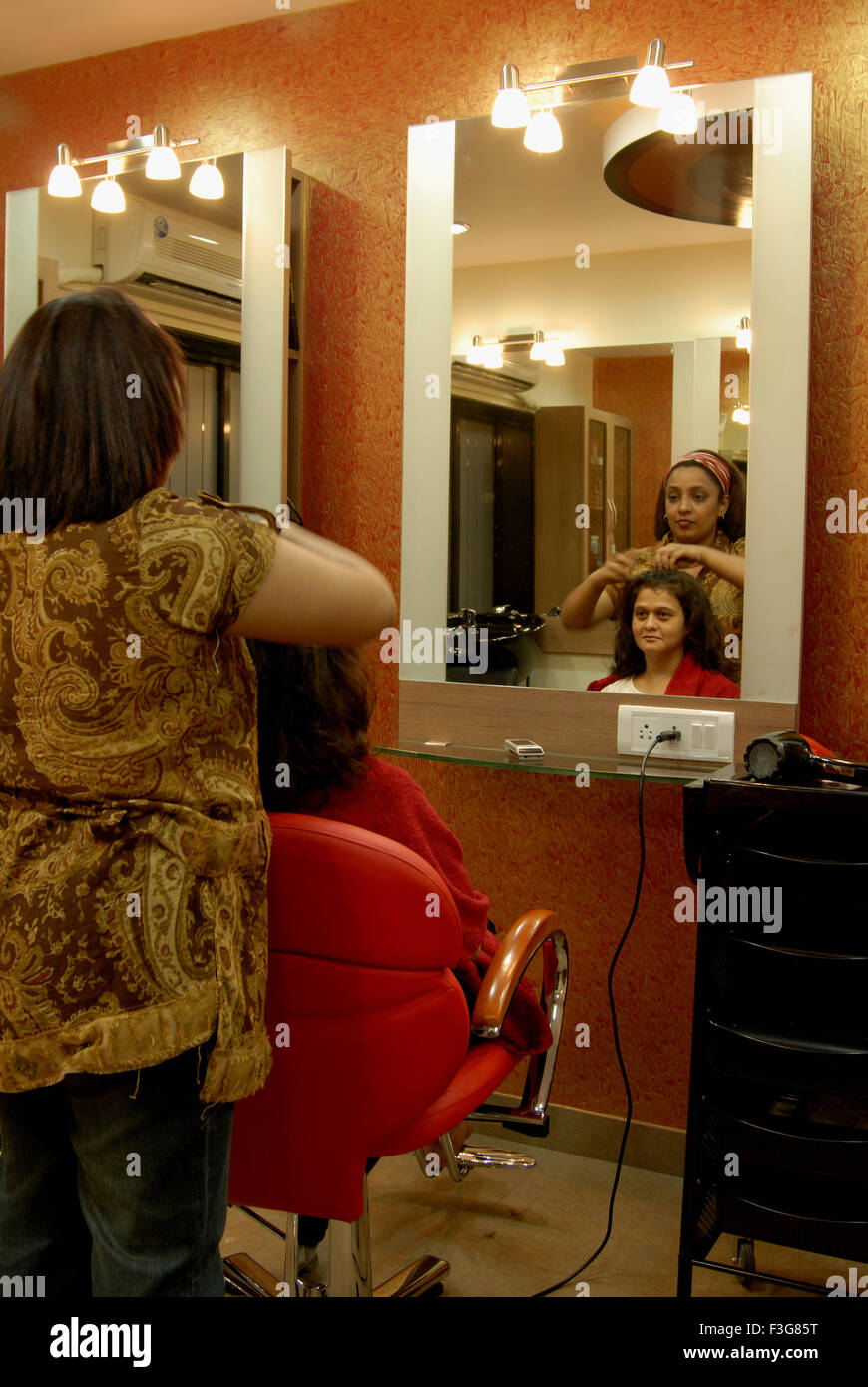 Hair Styling And Color Highlighting Treatment In Beauty Parlour At Stock Photo Alamy