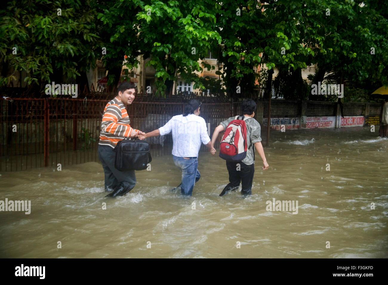 Season Monsoon ; water logging suburb road due to heavy rain in Mumbai dated 5th july 2006 ; Mumbai Bombay ; Maharashtra - Stock Image