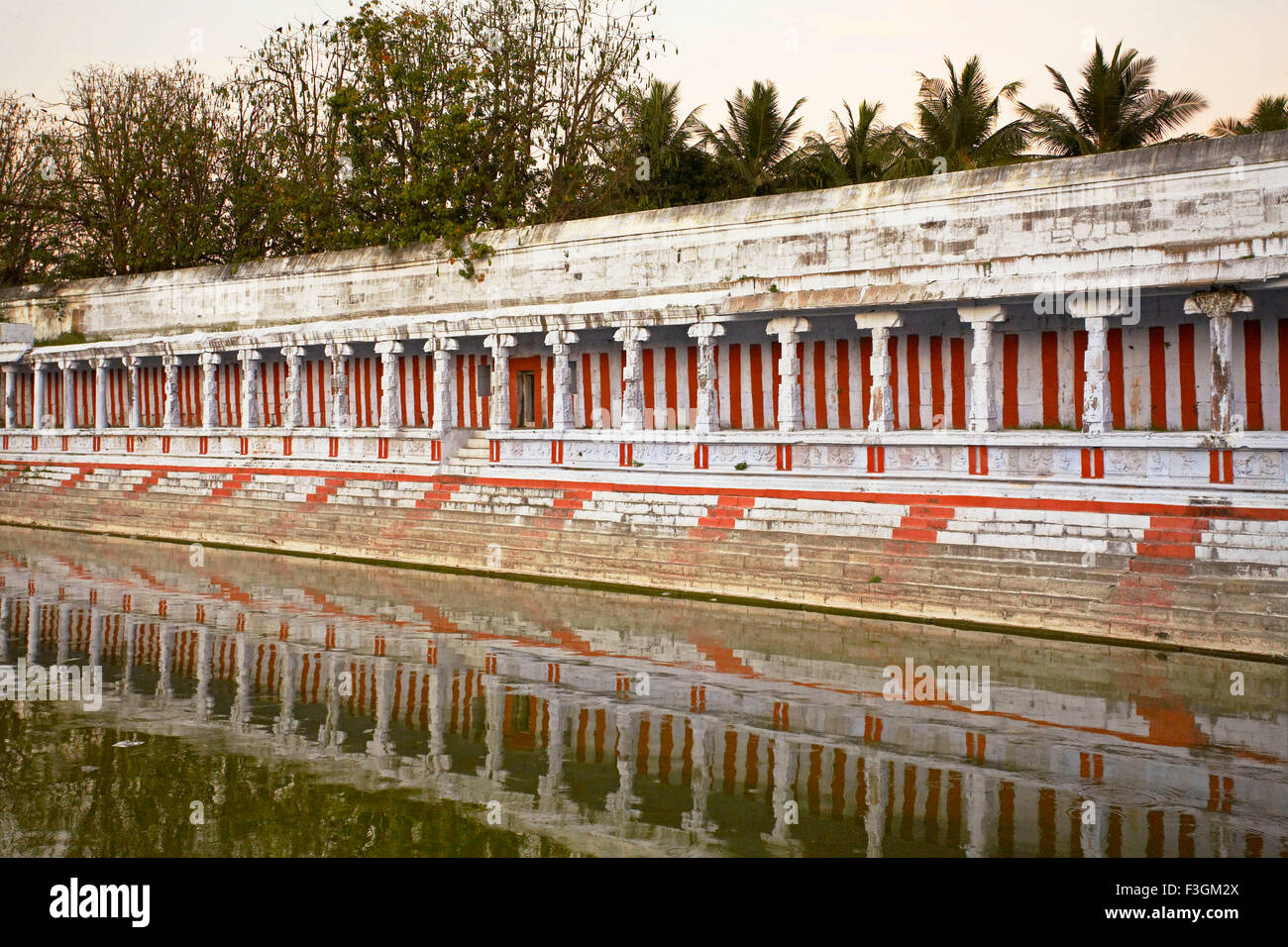 Red and white stripes on the water tank of Ekambareswarar temple ; Shiva temple built by the Pallava kings ; Kanchipuram - Stock Image